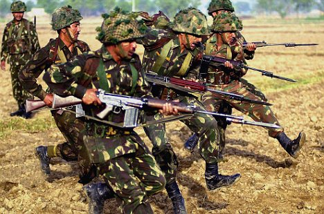 Indian Army soldiers practice during a training session at an army camp near India and Pakistan Border, Punjab, India Thursday, May 30, 2002. Firing across the India-Pakistan border killed 14 people and three police officers were slain by suspected Islamic militants Thursday, hours after Britain's envoy urged the nuclear-armed neighbors to pull back from the brink of war. (AP Photo/Aman Sharma)