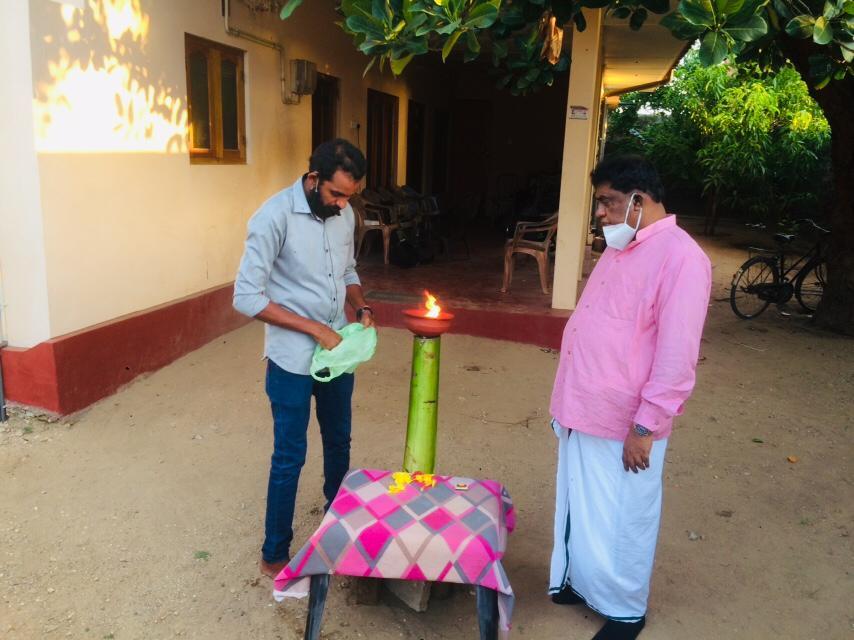 பலத்த கண்காணிப்புக்கு மத்தியில் சிவாஜிலிங்கம் சுடரேற்றி அஞ்சலி